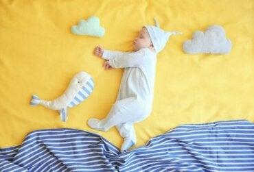 Je kind bij de overgang van een wieg naar een bed helpen