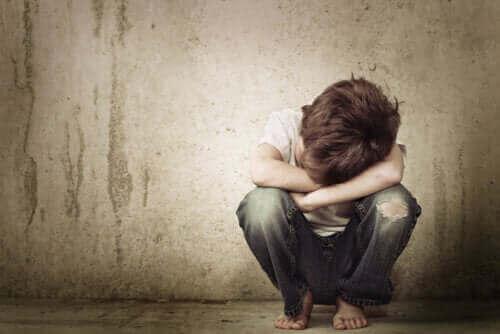 Jongen zit op de grond te huilen