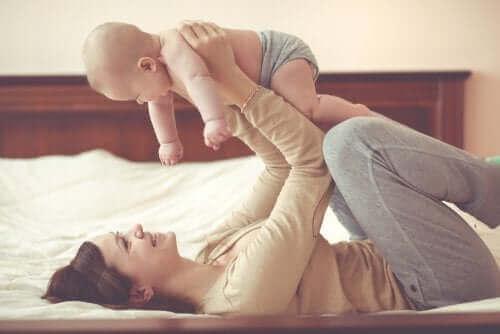Moeder speelt met baby
