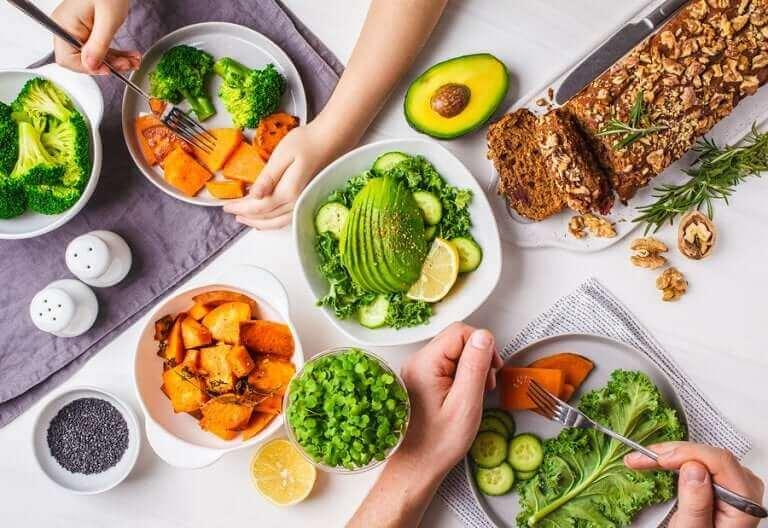 Een vegetarische maaltijd op een tafel