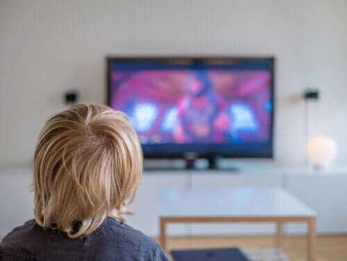 Jongetje kijkt televisie
