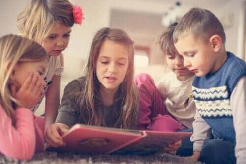Kinderen rondom een boek