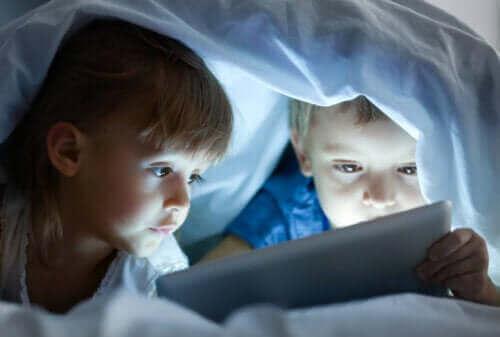 Kinderen kijken naar een scherm in het donker