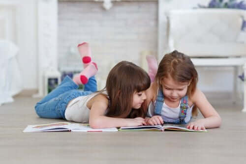Twee meisjes zoeken samen in een zoekboek