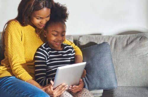 Moeder en dochter spelen met een educatieve app