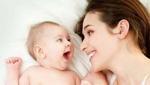 Lachende moeder en baby