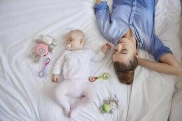 De slaap van een nieuwe moeder na de geboorte van haar baby