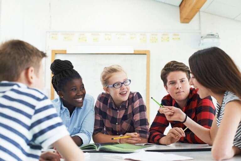 Groep pubers in gesprek