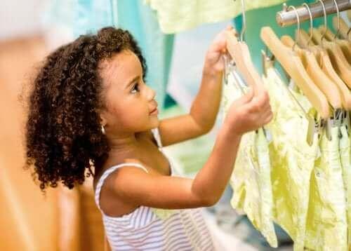 Meisje in een kledingwinkel