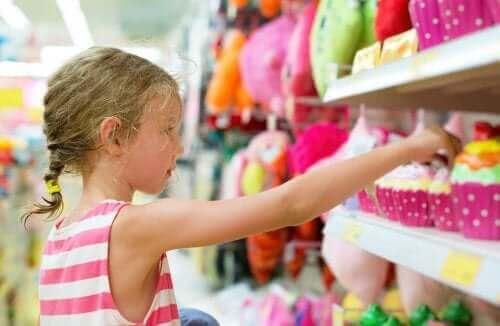 Meisje in een speelgoedwinkel