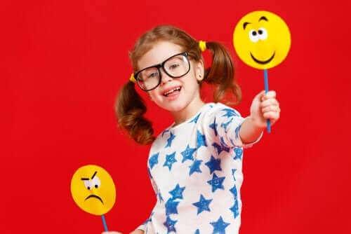 Meisje met emoji bordjes