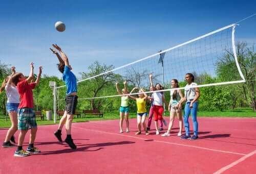 Kinderen spelen volleybal