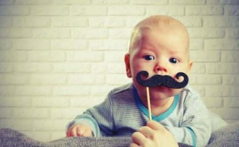 Een baby met een snor