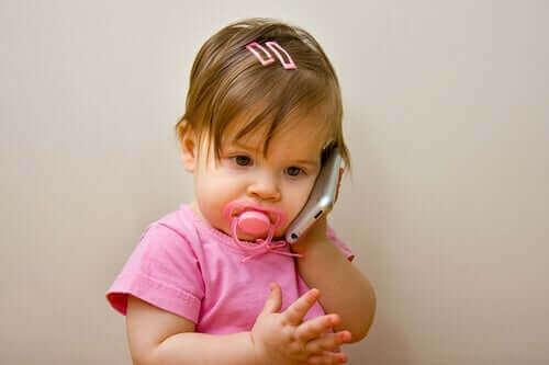 Baby met een mobiele telefoon