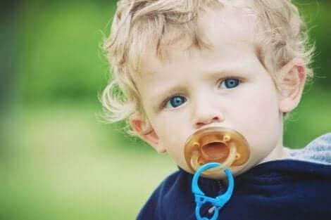 Een baby met een speen