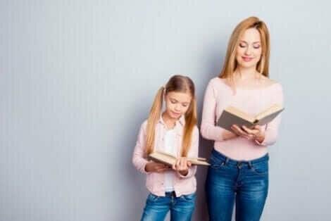 Moeder en dochter lezen een boek