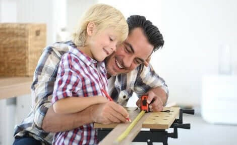 Een kind met zijn vader