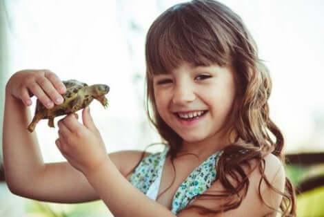 Een meisje met een schildpad