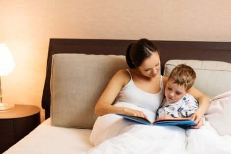 Moeder en zoon lezen samen een boek