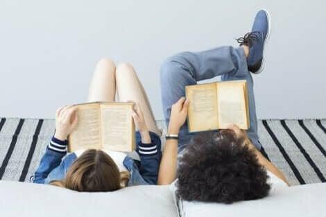 Kinderen lezen samen boeken