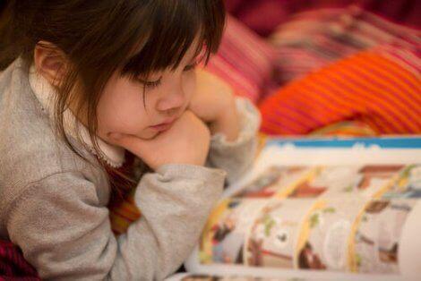 Een meisje leest een stripboek