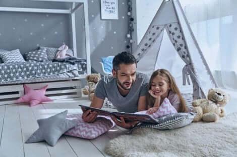 Vader en dochter lezen samen een boek