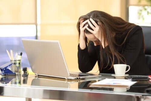 Vrouw heeft stress door haar werk