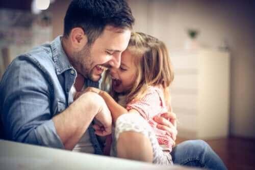 Vader kietelt dochter
