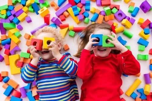 Kinderen met blokken