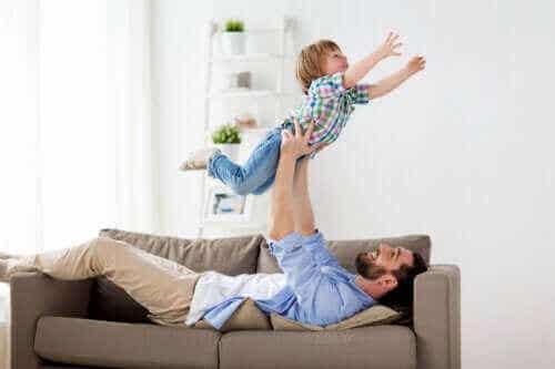 Het is goed voor kinderen om te stoeien met hun vader