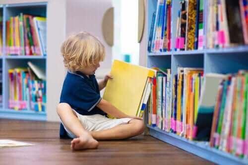 Jongen in een bibliotheek
