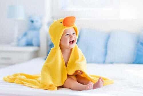 De ontwikkelingsfasen in het eerste jaar van een baby's leven