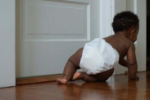 Baby kan kruipen in zijn eerste jaar