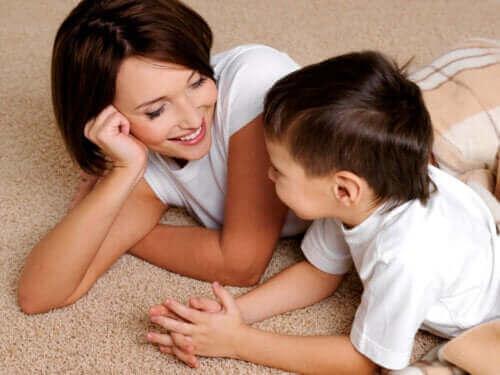 Moeder luistert geduldig naar zoon