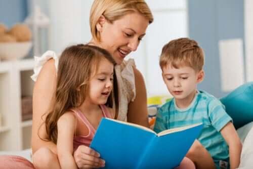 Moeder leest voor aan kinderen