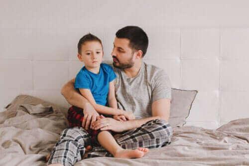 Vader en zoon praten samen