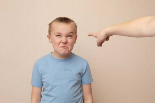 Een boos kind trekt gezichten