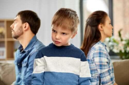 Gemene kinderen beledigen anderen