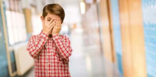 Jongen met schaamte