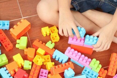 Een kind speelt met LEGO