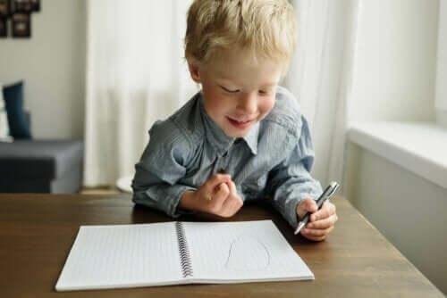 Kind tekent met zijn linkerhand