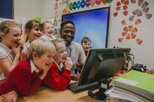 Lachende kinderen in een klas
