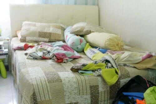 Een rommelig bed