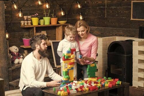 Een kind speelt samen met zijn ouders met LEGO