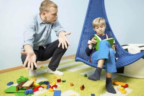 Vader vertelt zoon om op te ruimen