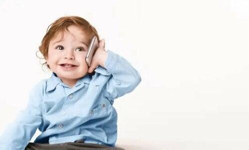 Een baby met een mobiel