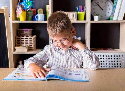 Een kind is aan het leren