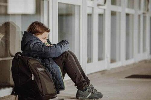 Jongen heeft last van ontgroening op school