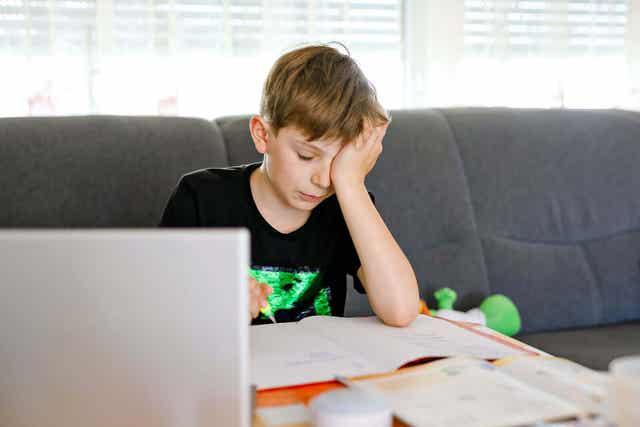 Jongen probeert zijn huiswerk te doen