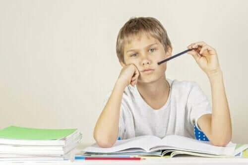 Jongen moet huiswerk doen